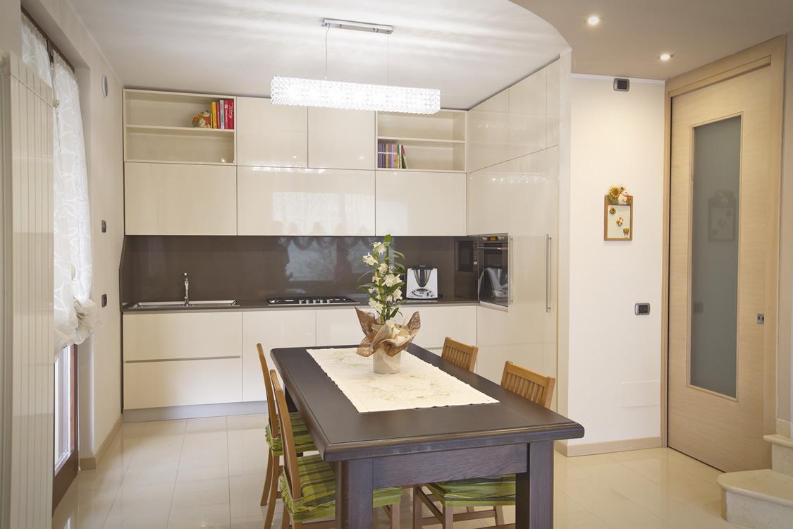 Cucina laccata lucida bianca e tavolo in rovere