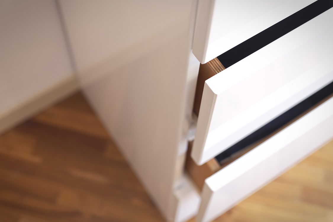 Particolare cassettiera in legno