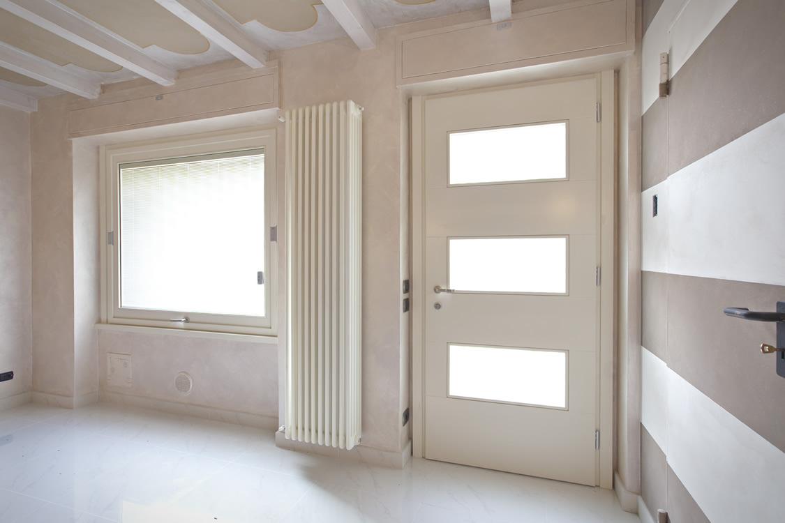 Porta d'ingresso e finestra basculante