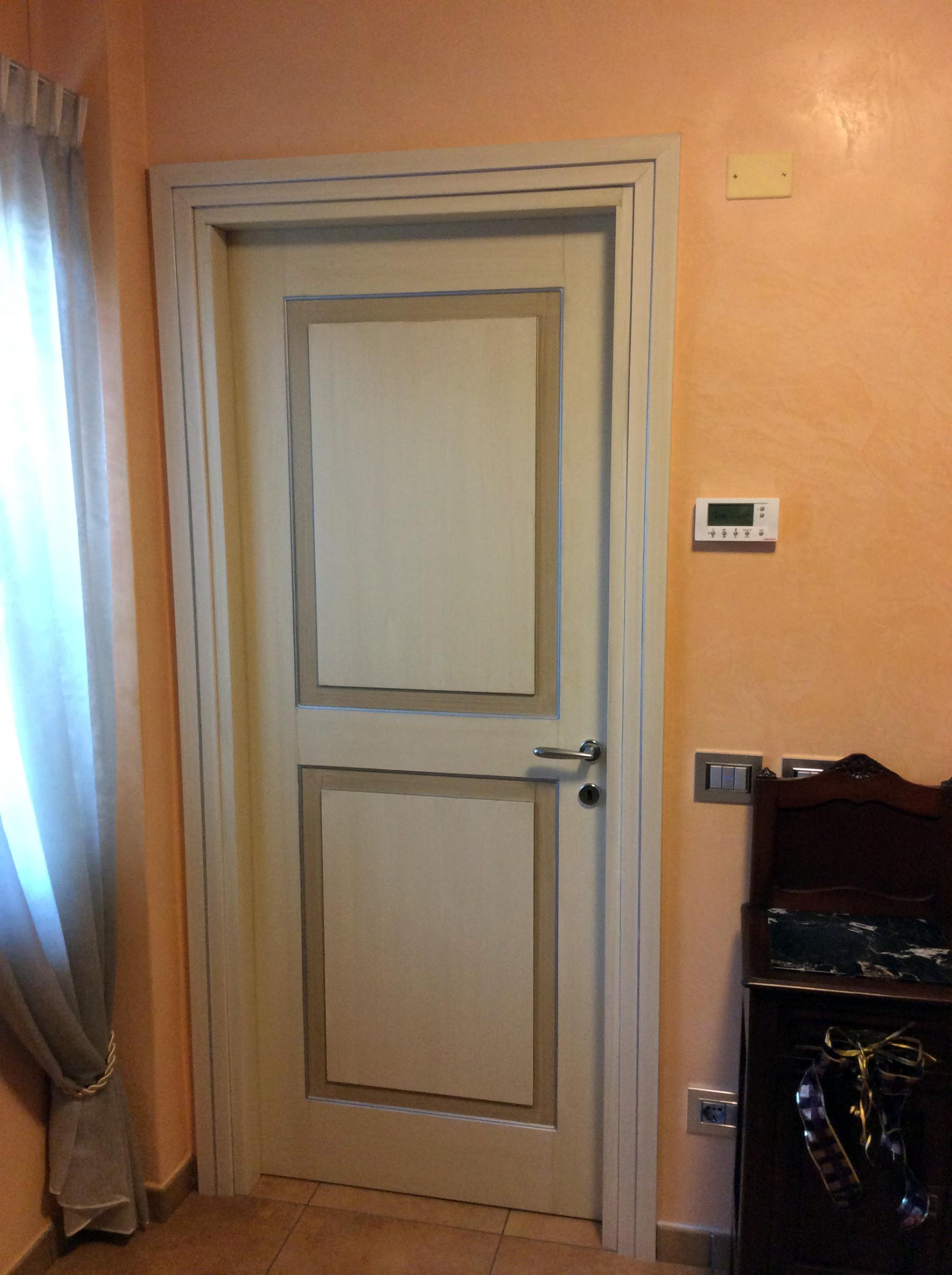 Porta interna a battente su misura in legno