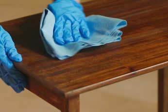 restauro mobili danneggiati momento della lucidatura